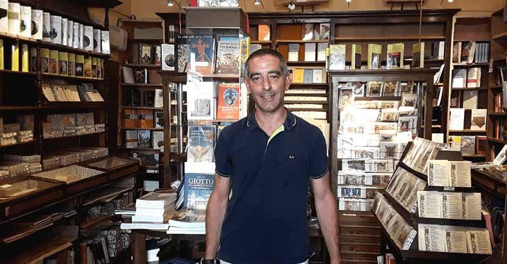 Marco Zubboli nella sua libreria ad Assisi