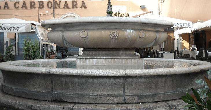 La copia moderna della fontana originale, in piazza Campo de' Fiori