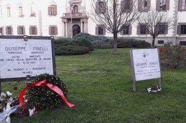 La targa commemorativa dedicata a Pinelli a Milano