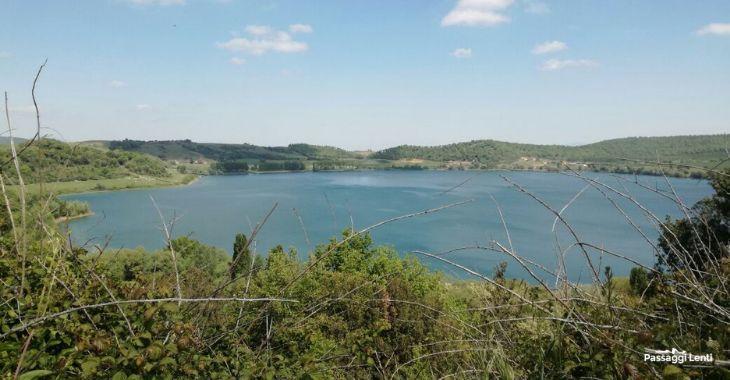 Il lago di Martignano, scorcio dalla ciclovia dei laghi