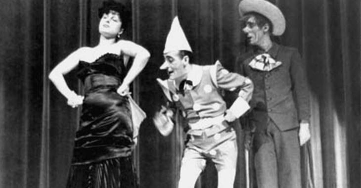 Totò mentre interpreta Pinocchio con Anna Magnani e Mario Castellani