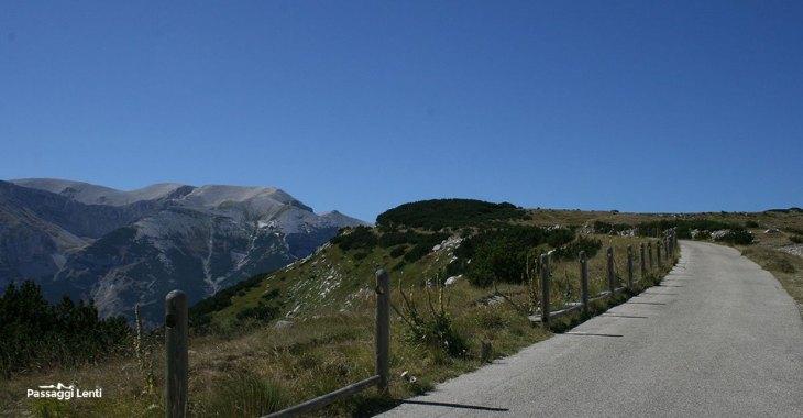 La strada che dal Rifugio Pomilio conduce al Blockhaus. A sinistra si scorge l'Anfiteatro delle Murelle