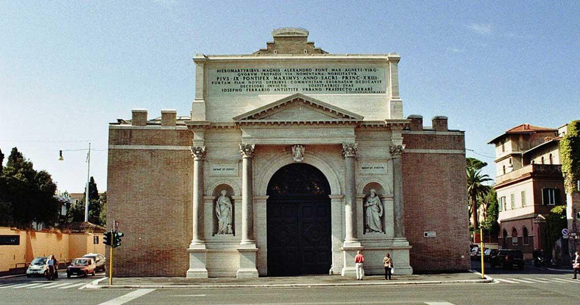 Facciata esterna di Porta Pia a Roma