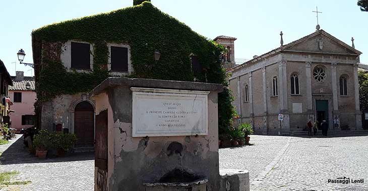 Borgo di Ostia Antica, sulla destra la Basilica di Santa Aurea