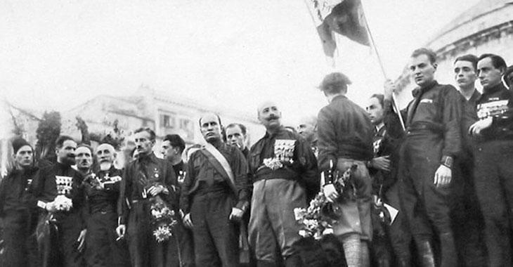 Mussolini in Piazza del Plebiscito a Napoli