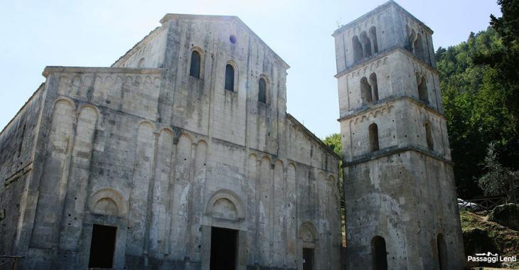 La facciata dell'abbazia di San Liberatore a Majella, Serramonacesca (PE)