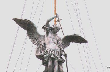 La statua di San Michele collocata sulla sommità di Castel Sant'Angelo a Roma