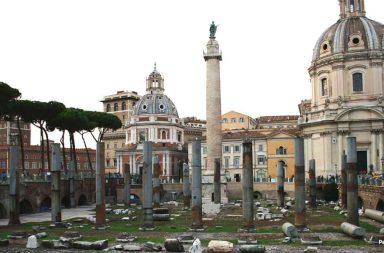 Foro Traiano a Roma, al centro la Colonna Traiana