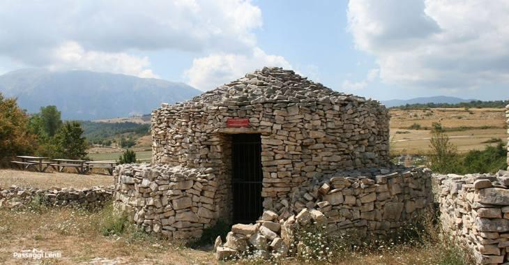 Una delle capanne in pietra a secco presenti nell'area archeologica della Valle Giumentina