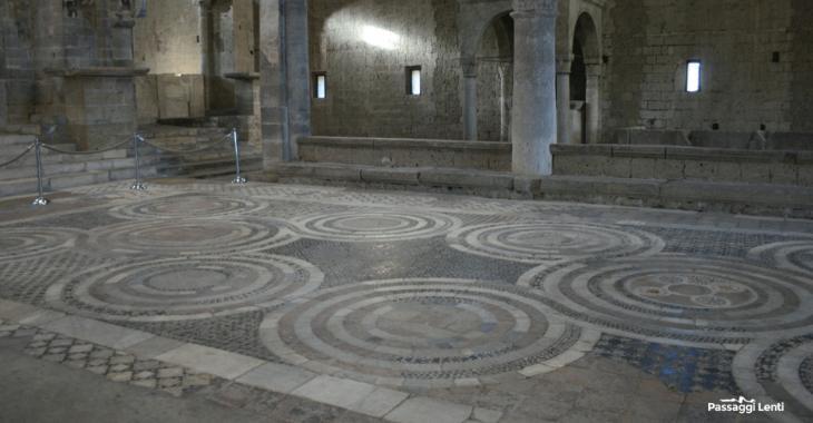 Interno della Basilica di San Pietro a Tuscania: il pavimento cosmatesco