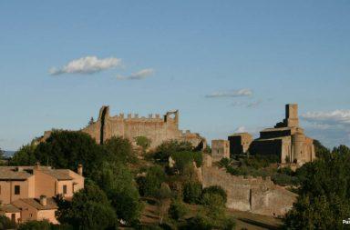 Tuscania: sullo sfondo la chiesa di San Pietro
