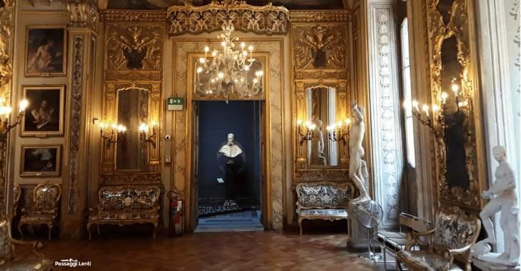Galleria degli Specchi. Sullo sfondo la seconda versione del busto di Innocenzo X realizzata da Bernini