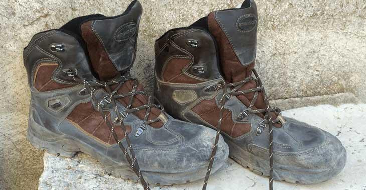 Gli scarponi di uno dei soccorritori ad Amatrice