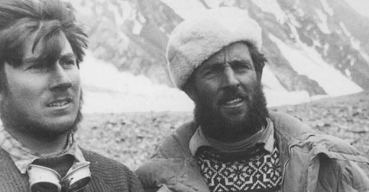 Walter Bonatti (a sinistra) ed Erich Abram (a destra) al campo base del K2 durante la spedizione del 1954
