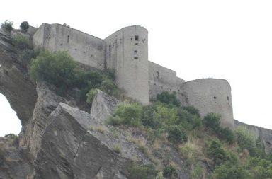 Il castello di Roccascalegna visto dal basso