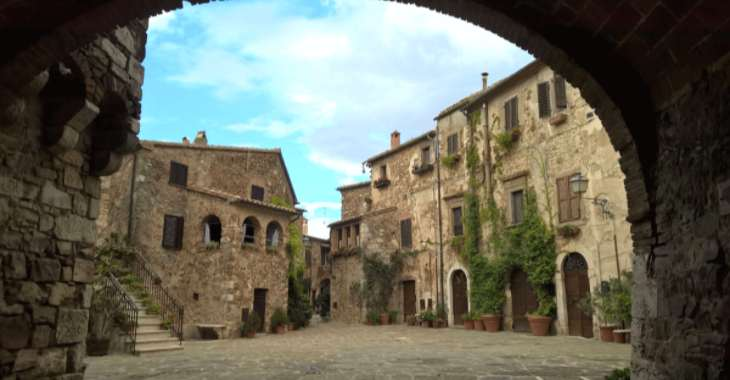 Piazza Castello a Montemerano
