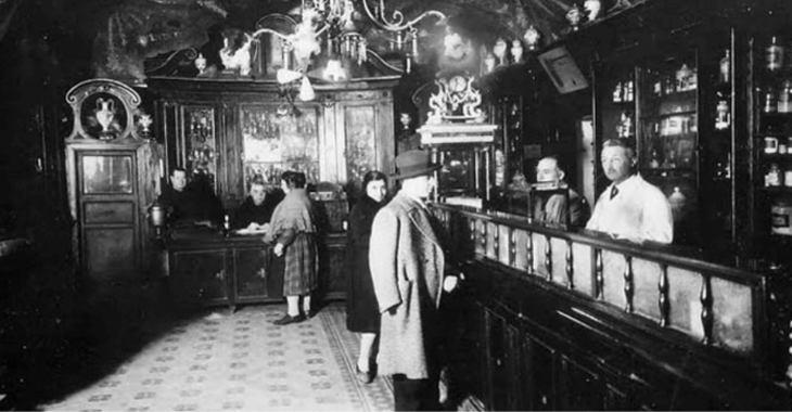 Antica fotografia della della Farmacia di Santa Maria della Scala, chiusa definitivamente nel 1954