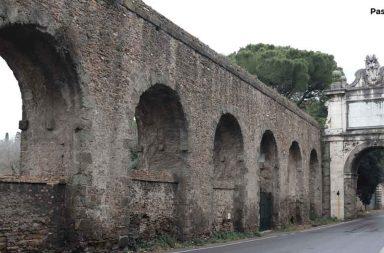 Arco di Paolo V a Roma, vicino Villa Pamphilj