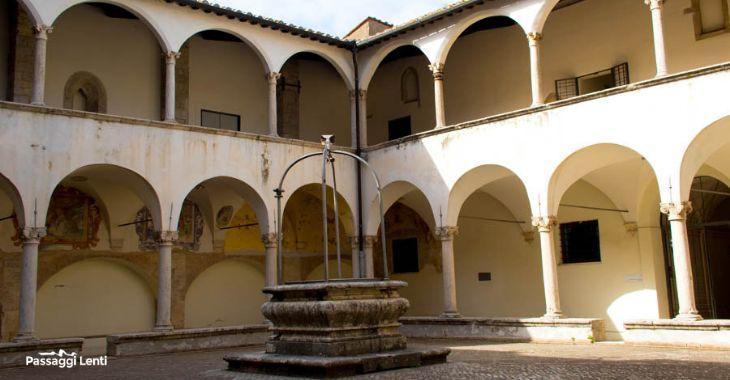 Il chiostro da cui si accede al Museo Civico Archeologico di Amelia