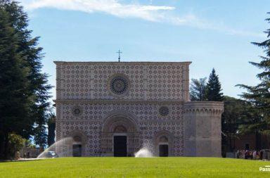La facciata dellLa facciata della basilica di Collemaggio a L'Aquilaa basilica di Collemaggio a L'Aquila
