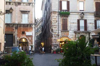 Via dei Coronari, i negozi e la storia