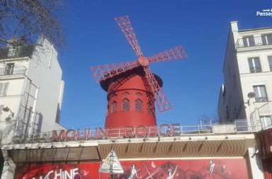 Montmartre. L'insegna del Moulin Rouge