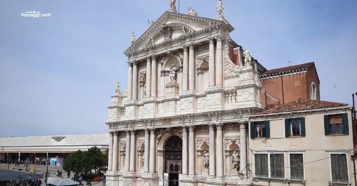 La facciata della chiesa degli Scalzi a Venezia